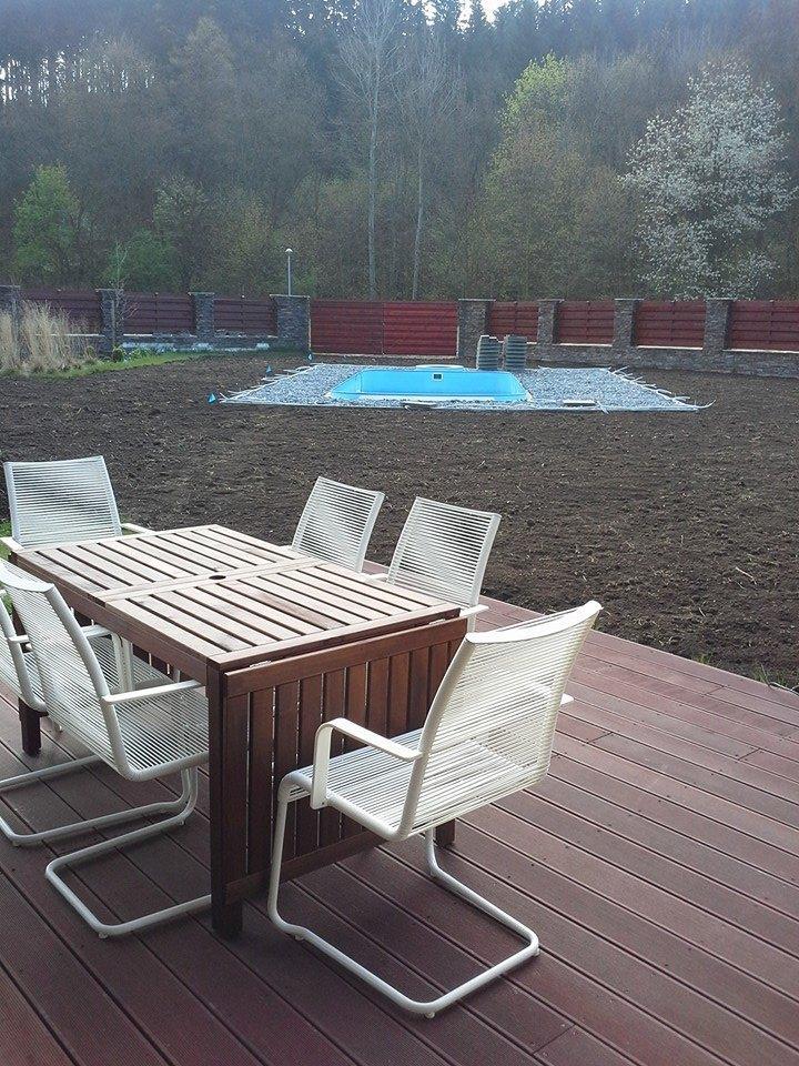 Zahrada - Terasa kolem bazenu se zacina behem 14 dnu...tez drevo Massaranduba...