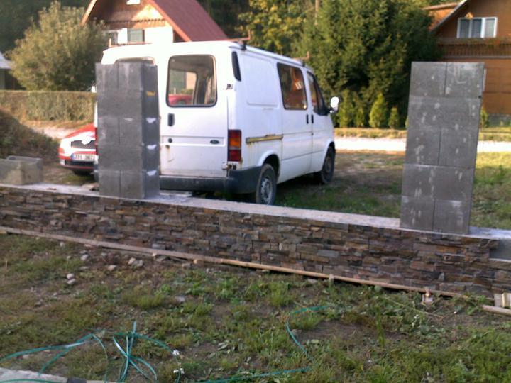Exterier puvodniho domu+pristavba k domu :) - Obkladame plot...
