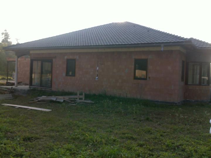 Exterier puvodniho domu+pristavba k domu :) - Bocni strana domu, otevrena do zahrady...