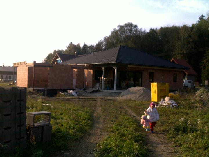 Exterier puvodniho domu+pristavba k domu :) - Pristavba nebude tak zla, az bude pod strechou, okna a fasada :)