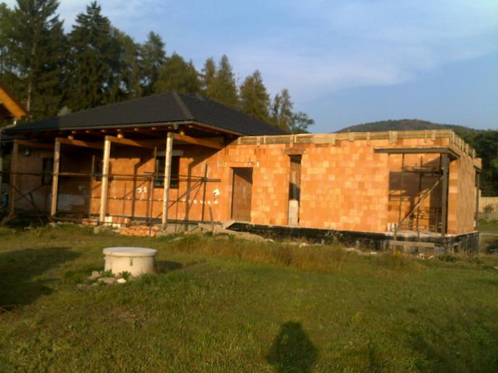 Exterier puvodniho domu+pristavba k domu :) - Zadni strana, pohled od sousedu...