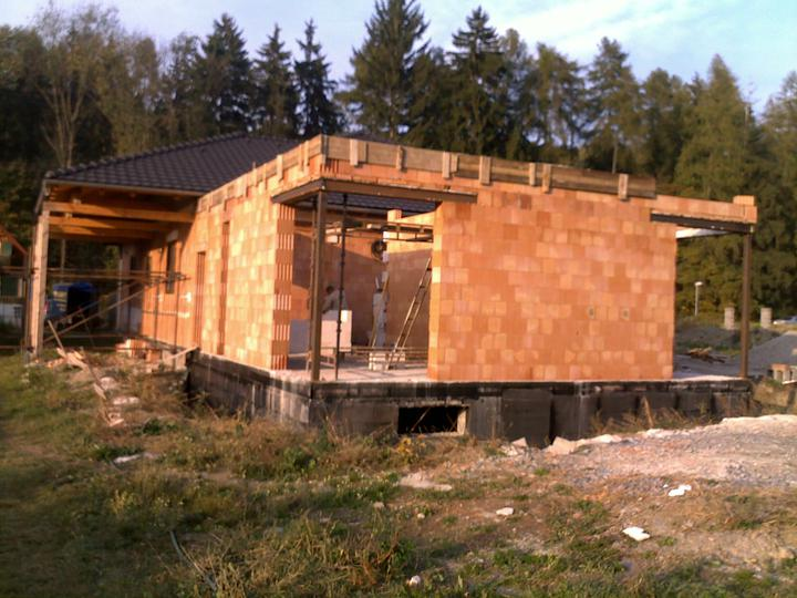 Exterier puvodniho domu+pristavba k domu :) - Rohova balkonova okna pristavby..