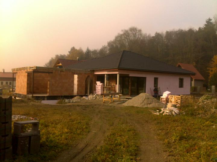 Exterier puvodniho domu+pristavba k domu :) - Stejne jsme blazni, co? Pristavovat k novostavbe :)))