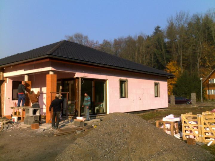 Exterier puvodniho domu+pristavba k domu :) - Misto kulatych sloupu budou sloupy oblozene kamenem :)