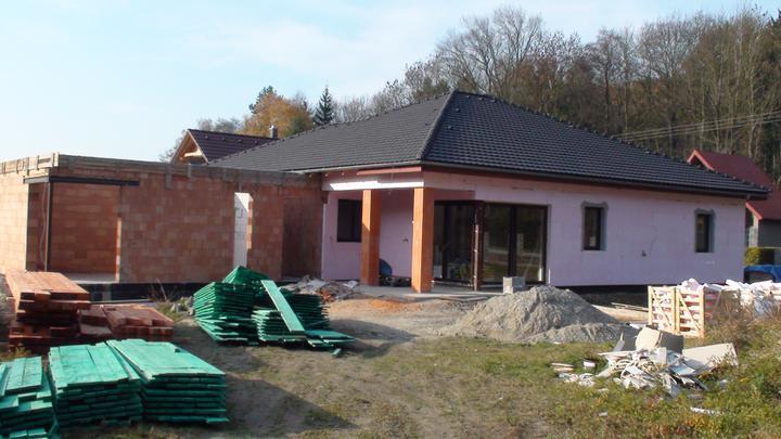Exterier puvodniho domu+pristavba k domu :) - Uz mame drevo na krovy!!! :)