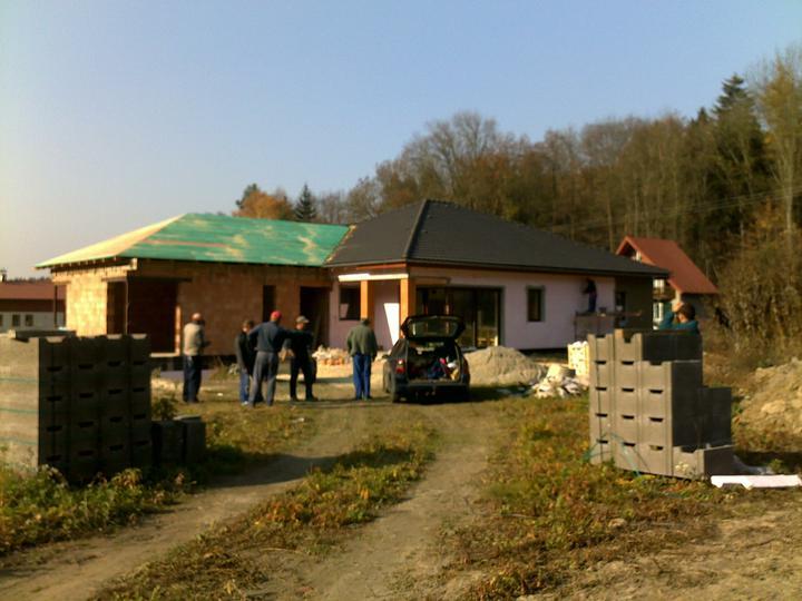 Exterier puvodniho domu+pristavba k domu :) - Strecha za 1 a pul dne hotova, zitra nastupuji na tasky :)