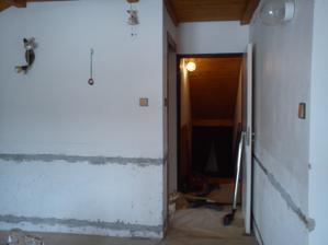 tahle to pak vypadá na druhé straně dveře naproti jsou vchod na chodbu a na levo je vchod do kuchyně