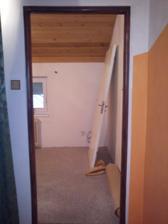 Pohled z chodby do ložnice,také ještě nenatřeno