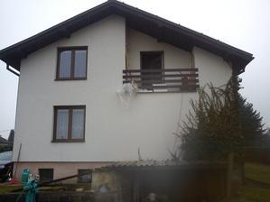 Ze zadu,naše vrchní okno a balkon,pod Námi je babička