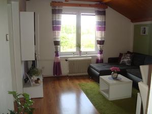 Náš nynější obývák,změnila jsem závěsy,máme velkej koberec a dokonce už i stoleček u sedačky :-)