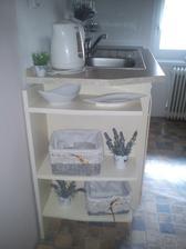 """""""nová"""" polička v kuchyni :-) aspoň nejni vidět ta strašná díra za linkou :-)"""