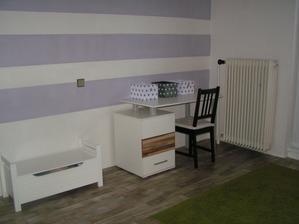 Už podlaha v dětském pokoji a pár provizorně postavených věcí,podlaha k nábytku a malbě opravdu jde