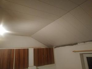 Po bílení zalistoval strop