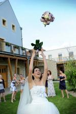 Házíme kytičku a to na 3x... Jelikož slečny se asi nechtějí vdávat :)