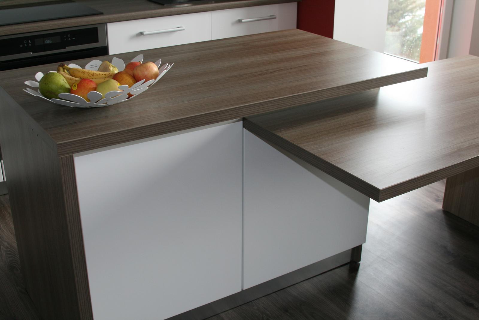 Nasa kuchyna - ostrovcek spojeny so stolom..