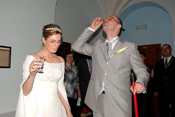 Zuzana Lysa{{_AND_}}Peter Kleberc - mozete hadat, kto si vybral alkohol a kto vodu....