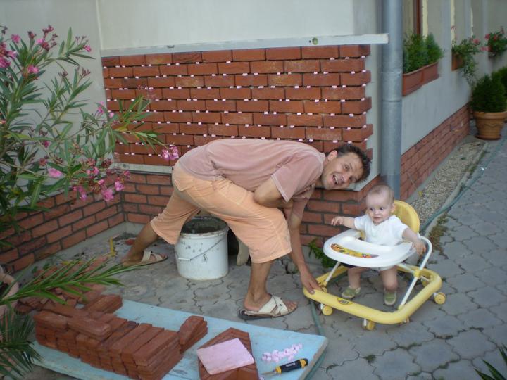 Náš starý domček - tatinkovi pomáha ten najmenší z rodiny