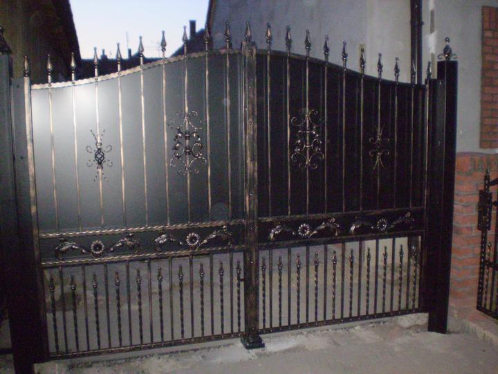 Náš starý domček - už je aj brána zaplechovaná - kvoli súkromiu
