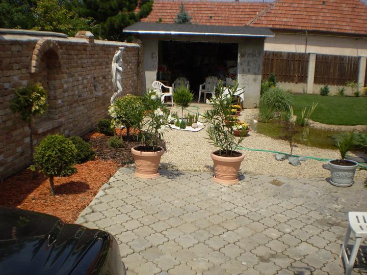 Náš starý domček - už je zbúraná aj garáž, dali sme tam bazen, nech sa deti majú kde blázniť