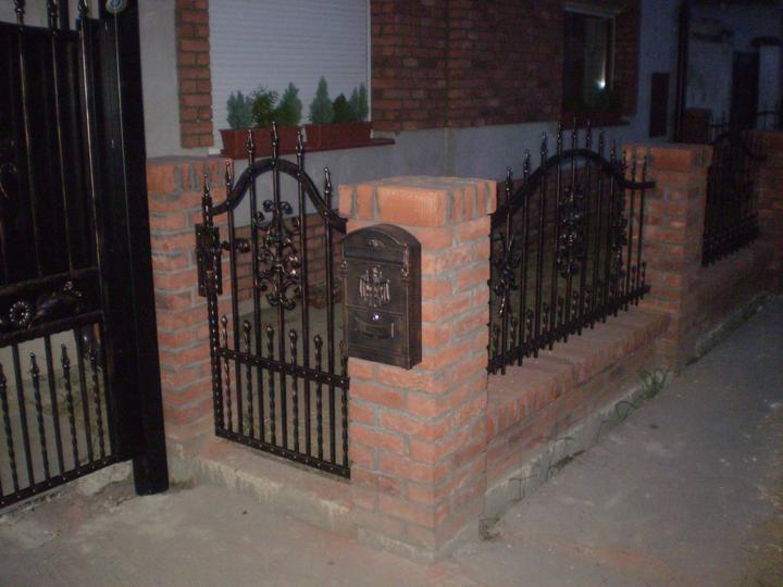 Náš starý domček - bránka už celá dokončená