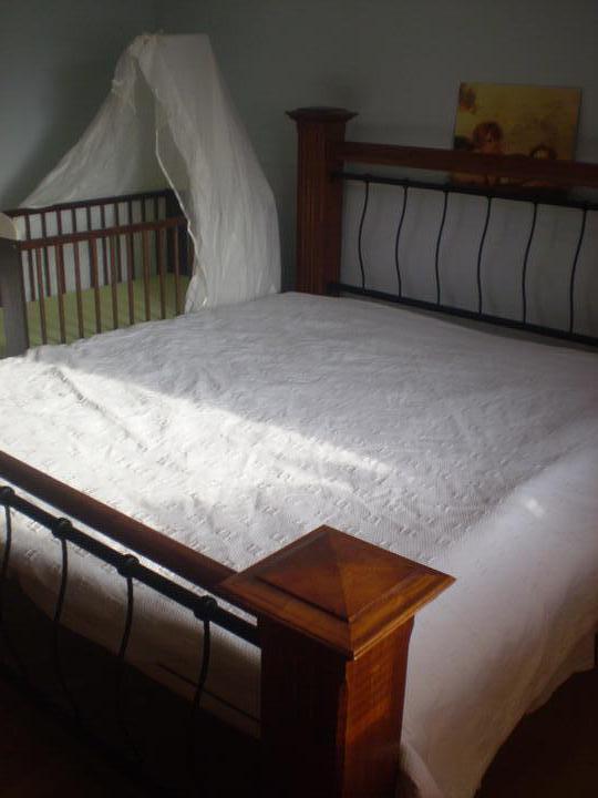 Náš starý domček - za postel sme chceli dať nejaký biely kamenný obklad alebo tapetu, ale to už až v novom...
