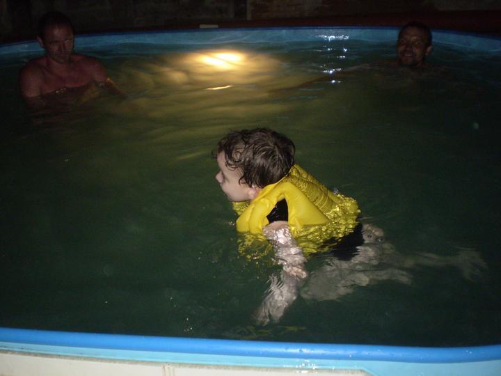 Náš starý domček - nočné kupanie, nemohli sme ho dostať z vody...