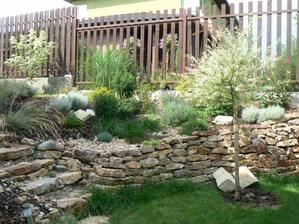 takýto múrik je nádherný, velmi oživý ten vyvýšený terén inak rovnú záhradu...