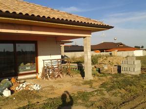 vykopaná aj obývačková terasa už len zabetonovať, stavebný neporiadok okolo domu :-)