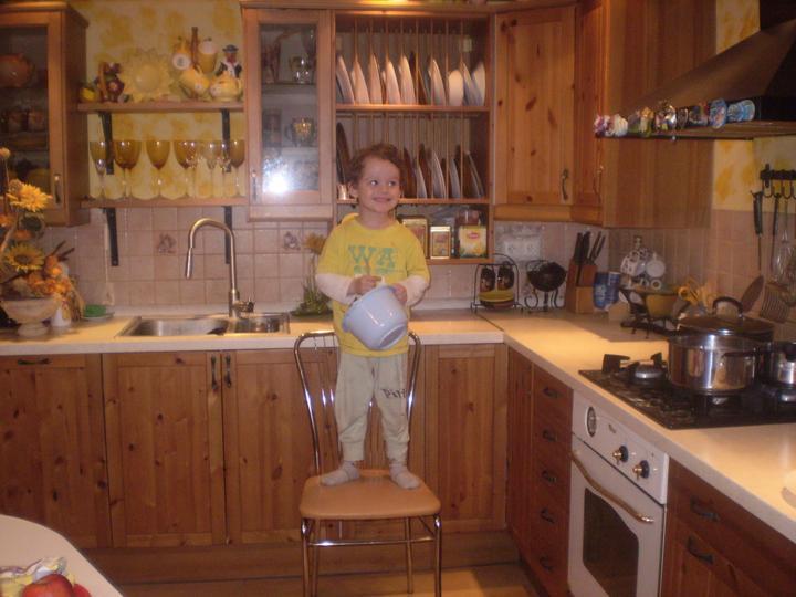 Náš starý domček - hlavný pomocník pri pečení bábovky - Filipko jej hovori babulka :-)