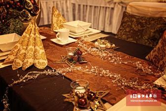 aj toto je krásne vianočne vyzdobený stol