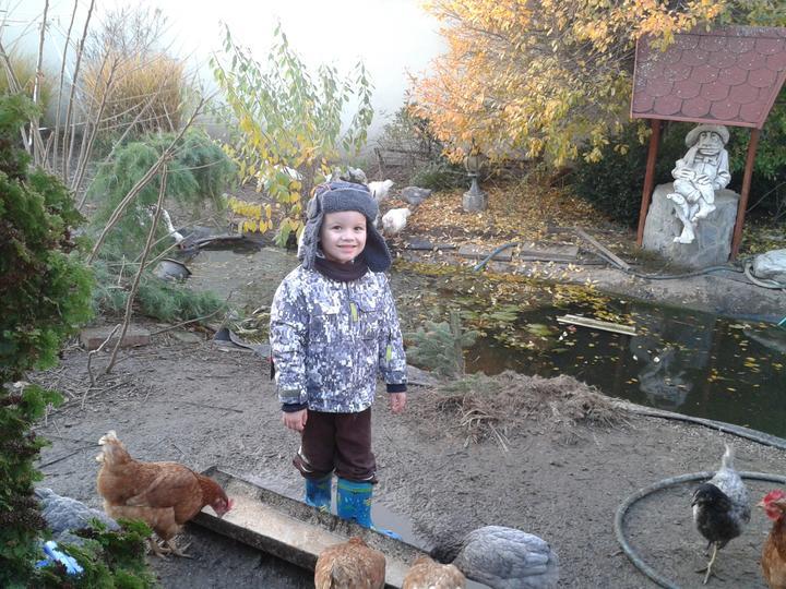 Náš starý domček - Toto je hospodársktvo nášho dedka Janka - býva v tej istej dedine len na dolnom konci a chlapci mi od strarých rodičov nechcú nikdy ísť domov,  - viete prečo... :-)