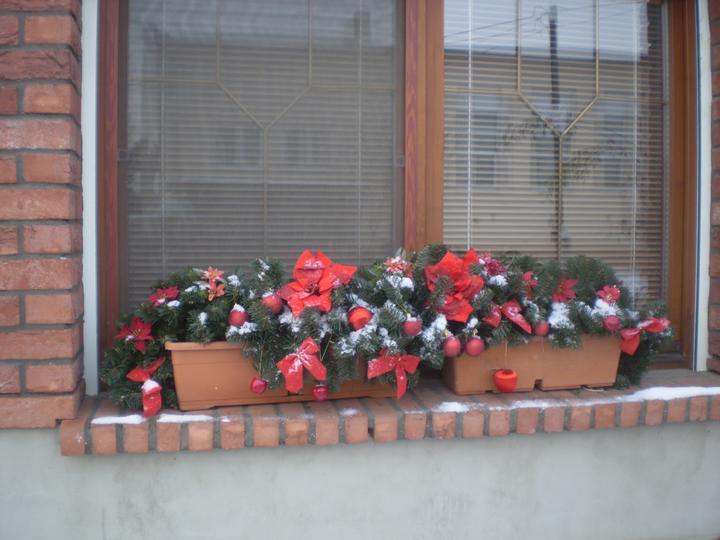 Náš starý domček - jedno okno nám už stihlo zafúkať...