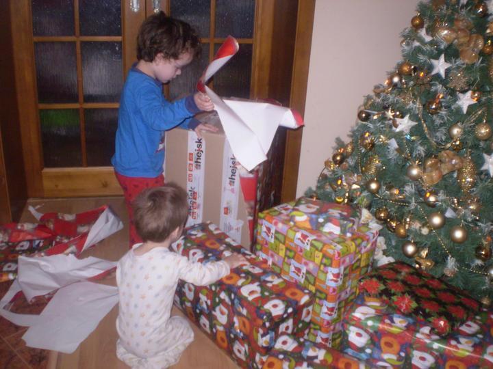 Náš starý domček - vrhli sa na darčeky hned ráno, pretože večer chodíme k starým rodičom a tam si odbalujú večer