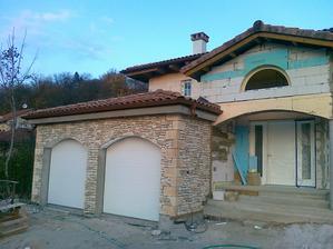 tento kamenný obkad by mohol byť pekný na tie stlpy a oblúky v predu i vzadu na našom domčeku...