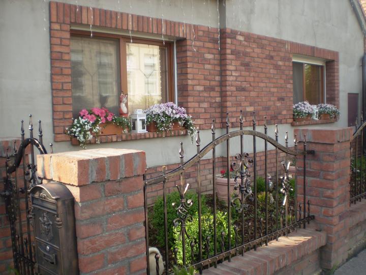 Náš starý domček - chcem poradiť s fasádou... no nakoniec som sa rozhodla pre bielu na starý domček...  na novom takú bledú kávu by sme asi chceli - ale táto tehla je taká výrazná + červená strecha... hodila by sa biela? dúfam že áno...