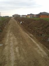 príjazdová cesta z druhej strany pozemku - to je úniková...pre prípad, že nám zafúka prednú cestu... :-)