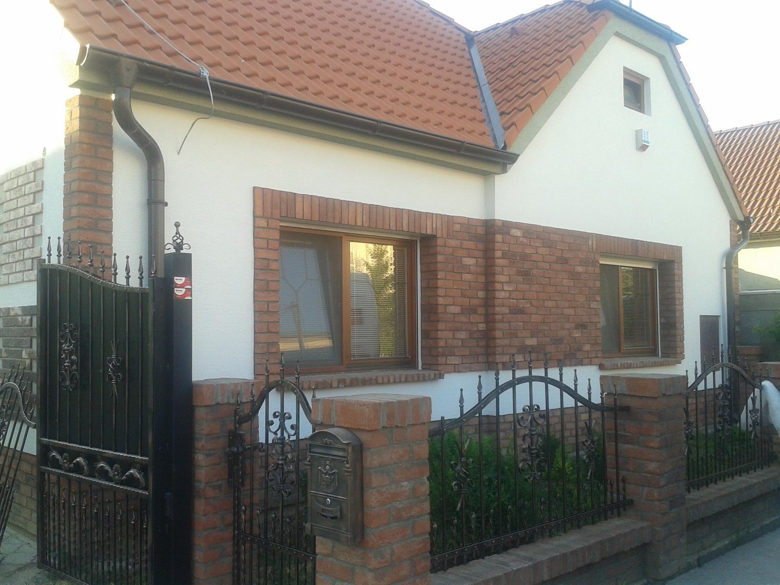 Náš starý domček - zvolili sme k tehličkám bielu a veľmi sa mi to páči, tehličky tak krásne vyniknú