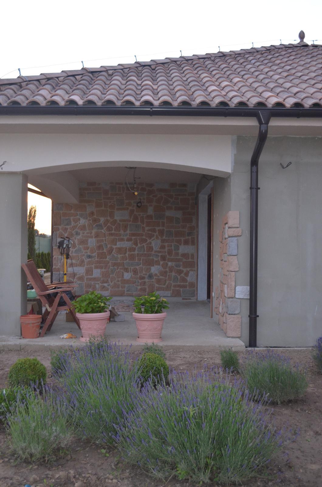 Dom s nádychom provensál - postupne obkladáme náš domček