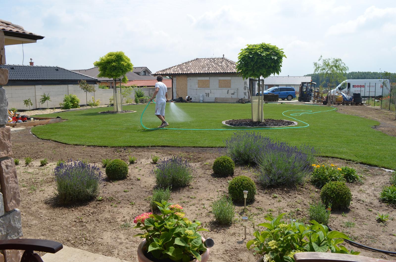 Dom s nádychom provensál - tráva môže rásť a my začíname vysádzať dalšie kvetinky :-)