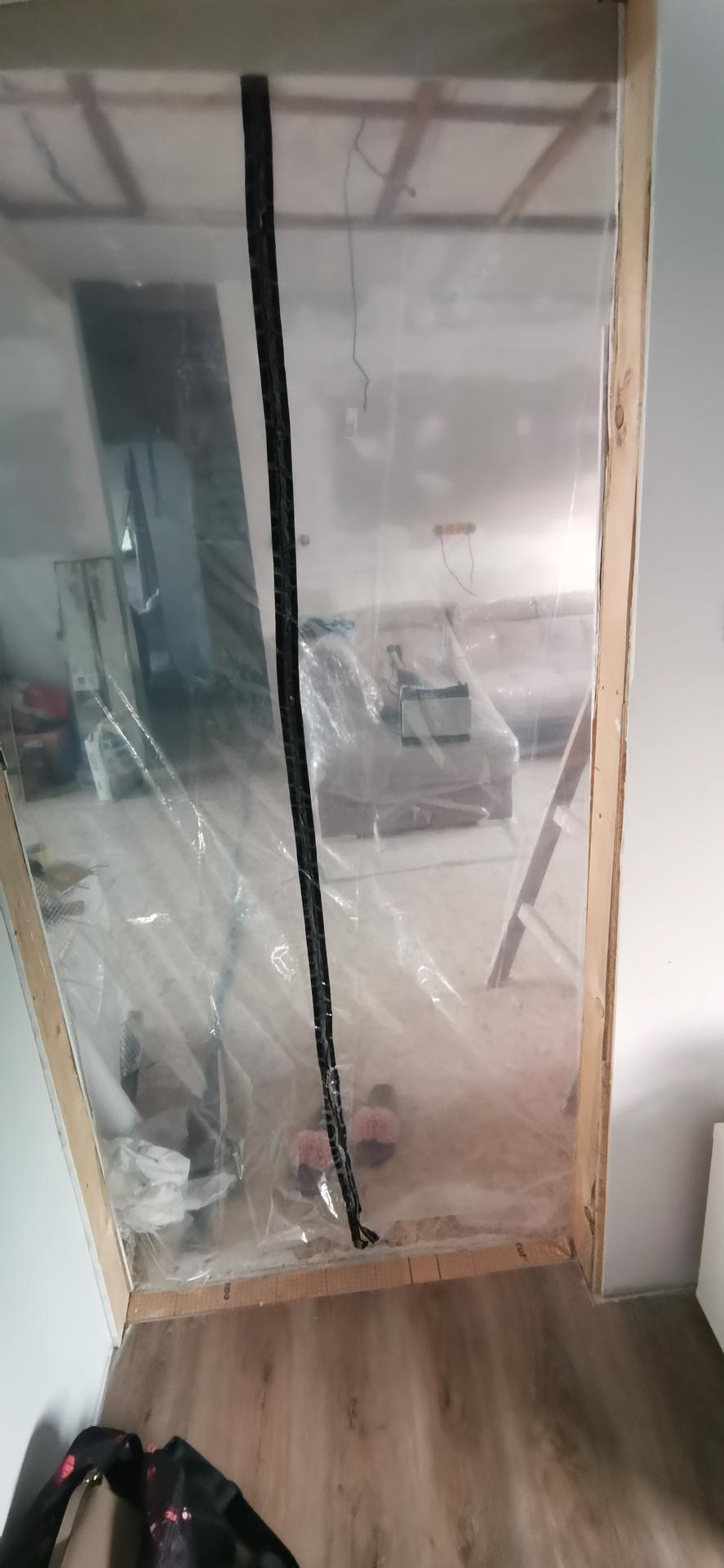Jak bydlet za 3 měsíce - Prozatimni dveře do nedodelaneho obýváku s kuchyní...