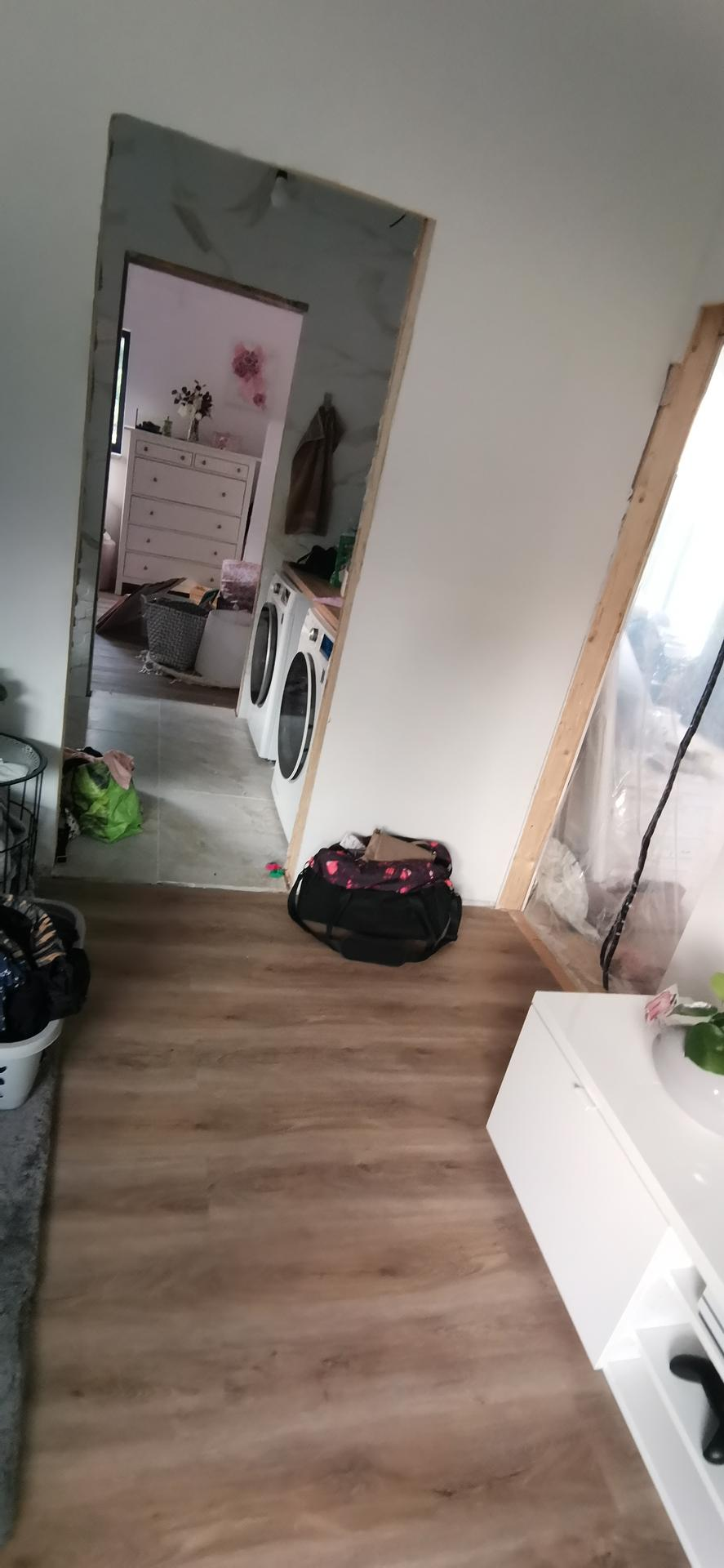 Jak bydlet za 3 měsíce - Holky mají mezi pokoji svou koupelnu.. Ještě spoustu dodělávek, ale bydlíme :)