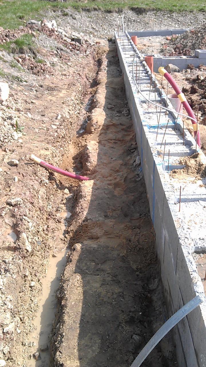 Základová deska - položeny a zapískovány vývody kanalizace