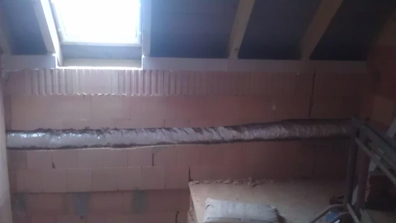 Práce v interiéru - rozvod tepla ve stěně v chodbě
