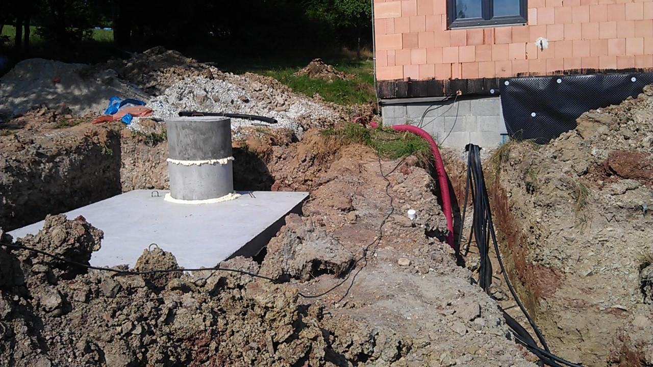 Tepelné čerpadlo - zemní práce - septik usazen na místo
