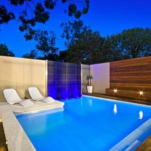 Zahrada - bazen bude jednou stranou u zdi