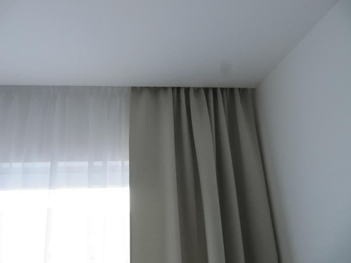 Detaily - závěs a záclona na kolejnicce ikea