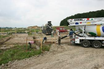 6.7.2010 - zalévání základů betonem