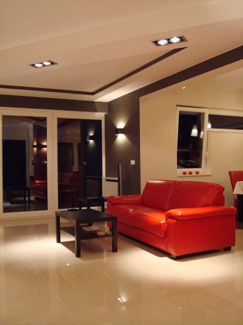 Obývací pokoj a kuchyn ispirace - super světlo na hnědě vymalovaném pruhu