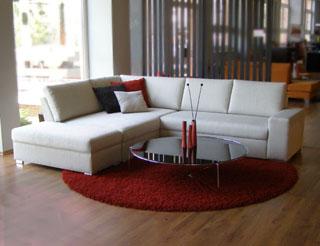 Obývací pokoj a kuchyn ispirace - sedačka tiber polstrin, ale jen ta část, kde jsou polštářky