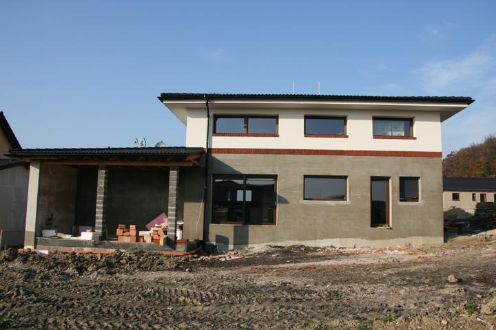Stavba domu - 6.11.2011 bílá fasáda + parapety z cihliček, 1 řada cihliček - zbytek až na jaře